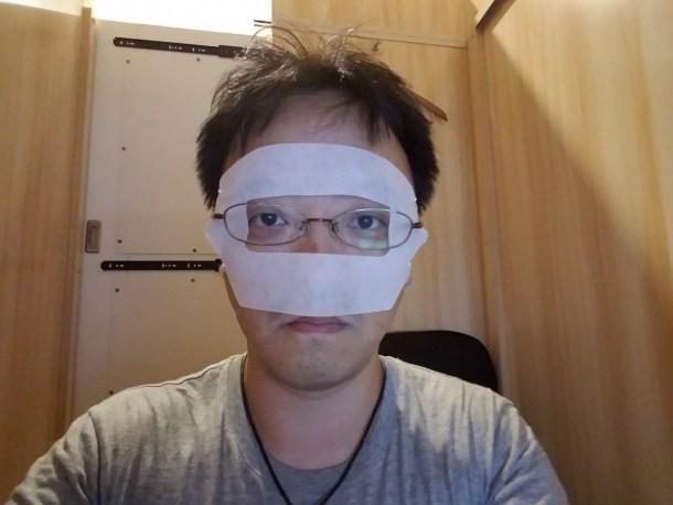 メガネの人はメガネの下に付けましょう。