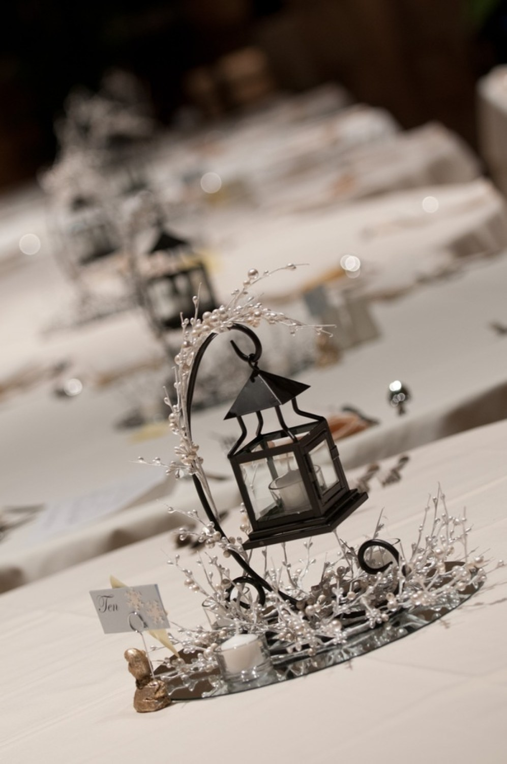 winter-wedding-centerpieces-put-on-wood-instead-of-mirror