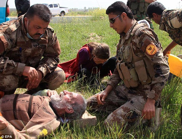 2760632000000578-3035577-Released_An_elderly_man_is_being_cared_for_by_peshmerga_troops_w-m-3_1428831220782