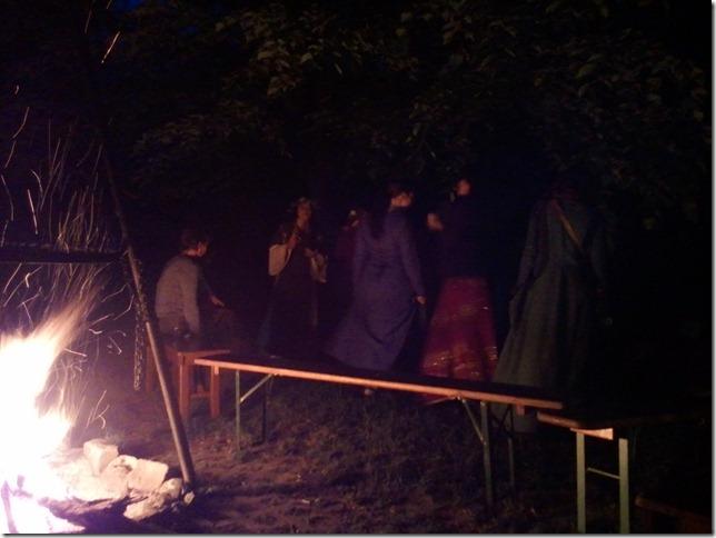 Druiden und Hexen tanzend am Beltanefeuer