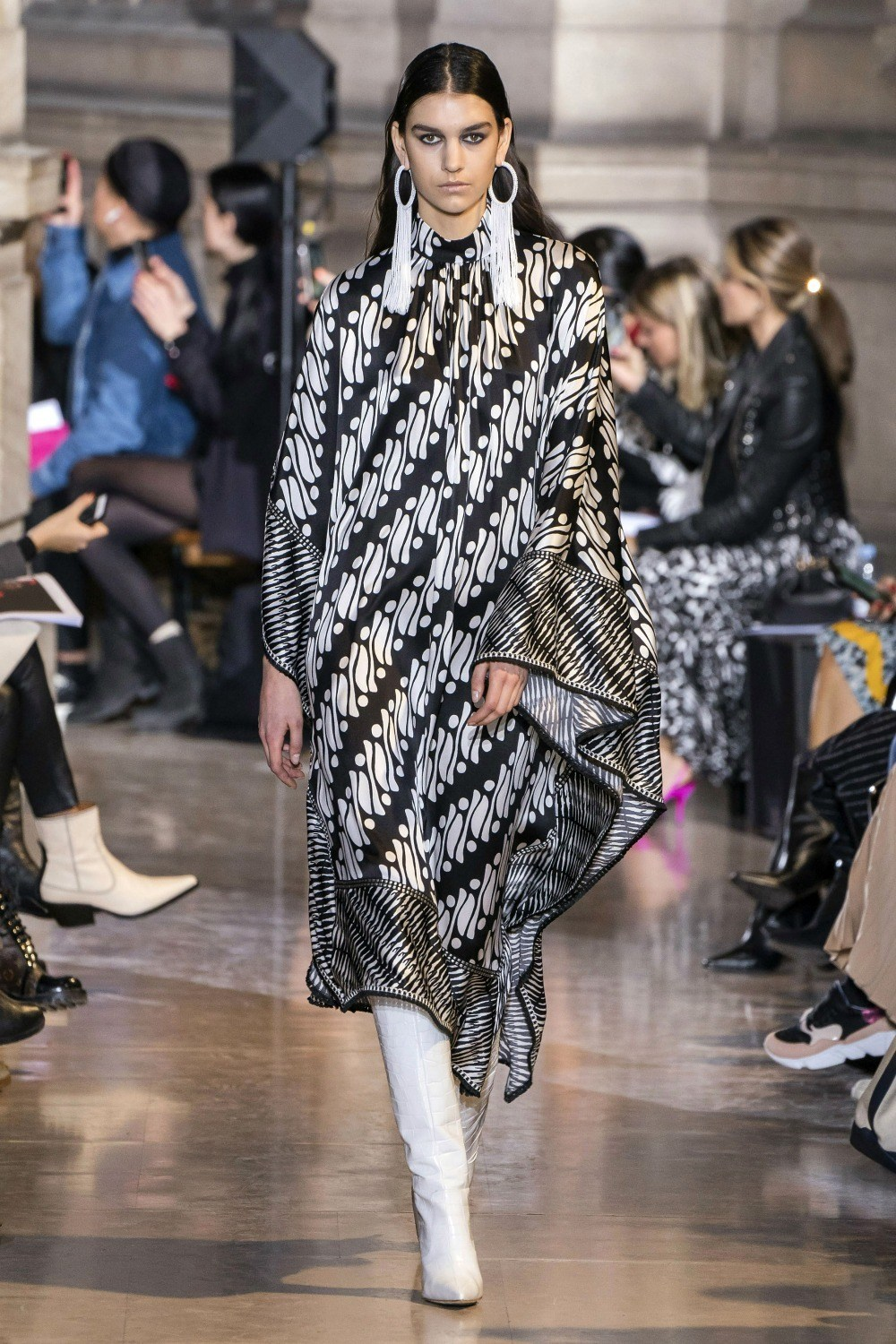 2019 Fall Fashion Trends to Wear Now I The Cape on Andrew Gn AW19 Runway #FallFashion #Runway #Trends #FashionBlog #Styleinspo