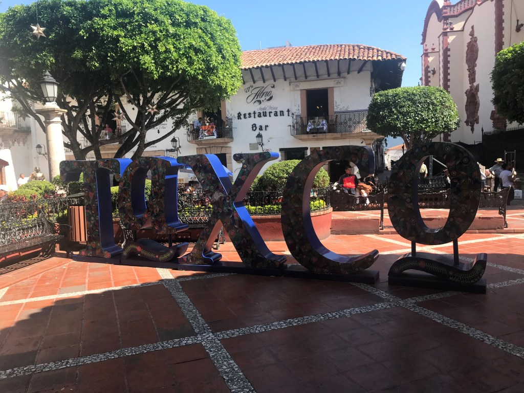 """A statue of text reading """"mexico"""""""