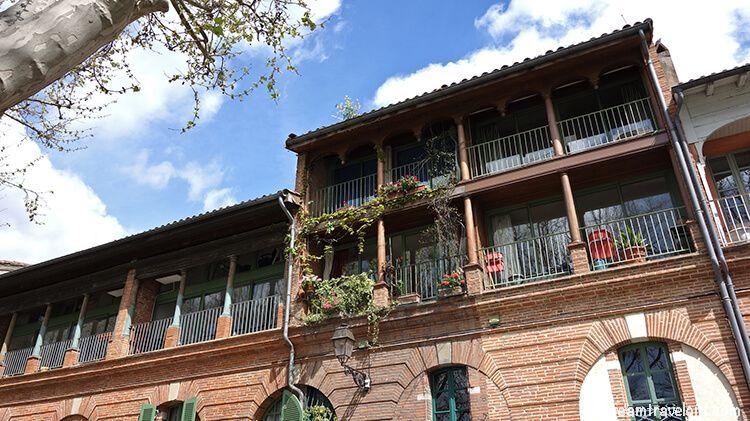 France_Toulouse_brick-building-Garonne