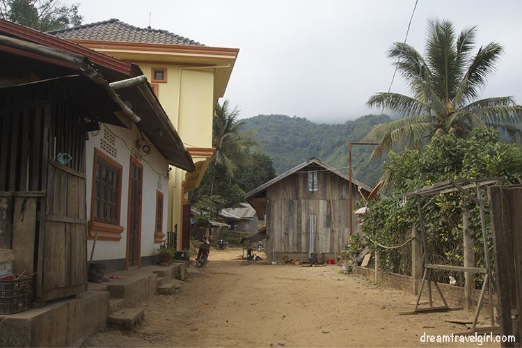 Laos_Muang-Khoa_street
