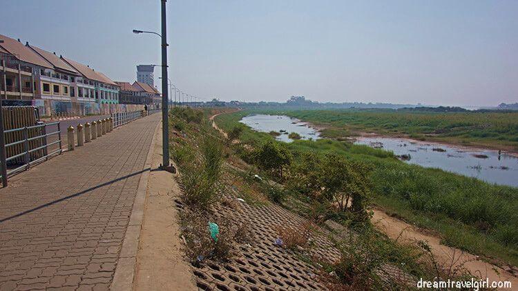 Laos_Vientiane_riverside