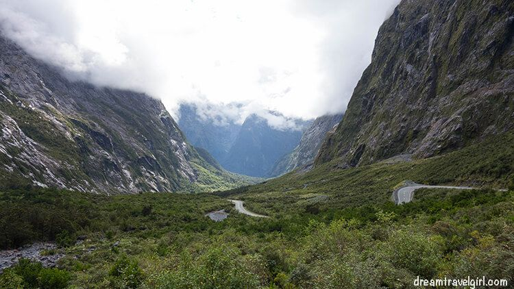 New-Zealand_Milford-Sound_road-valley-west