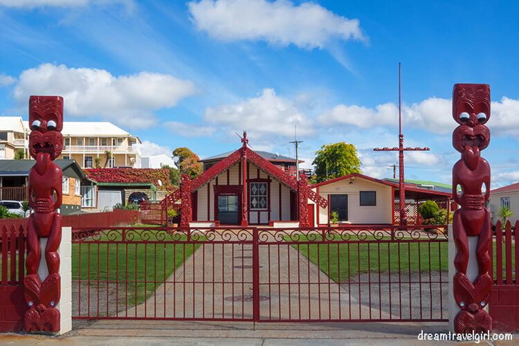 New-Zealand_Rotorua_Ohinemutu03_Tama-te-kapua-meeting-house