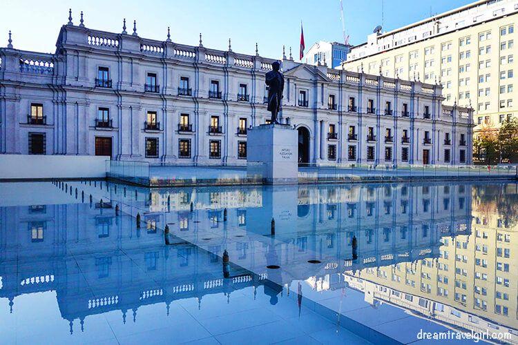 Chile_Santiago_center_La-Moneda