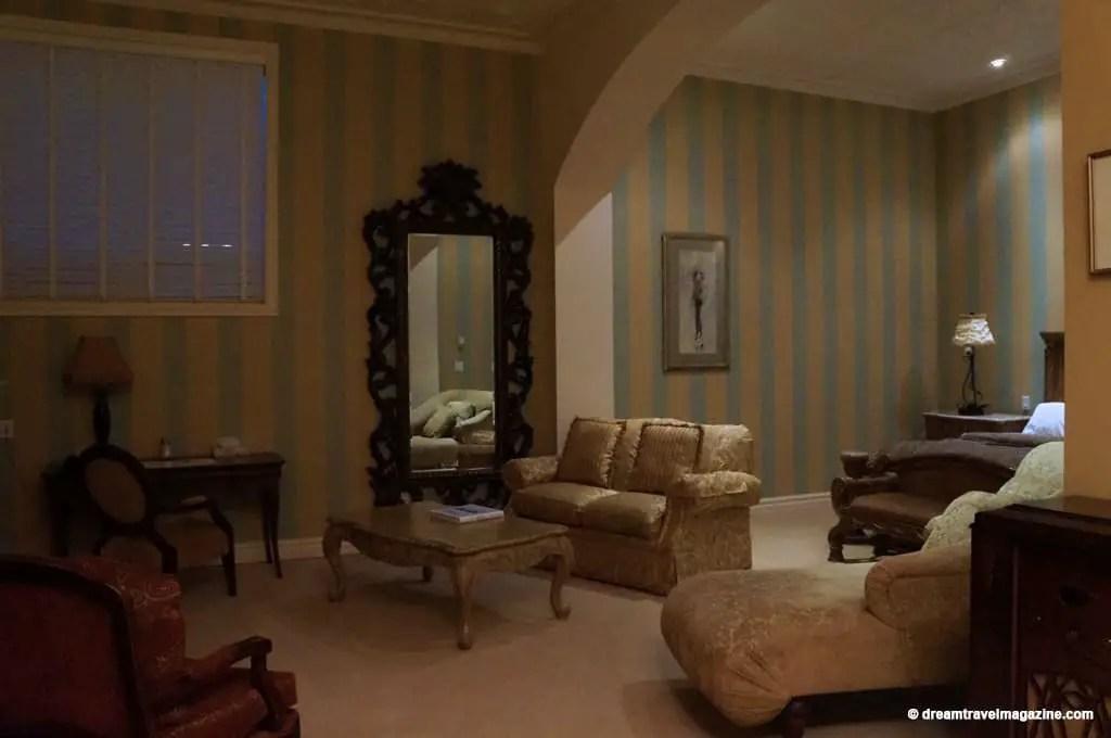"Large sitting room of the ""King William"" Retro Suites Hotel Room"