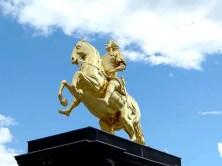 Goldener Reiter mit Himmel