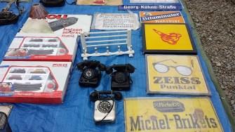 Elbeflohmarkt Dresden Telefone und Schilder