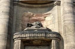 Defekte Skulptur an der Zionskirche