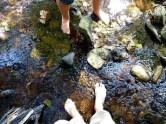Füße im kühlen Bachlauf der Weißeritz
