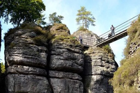 Brücke an Felswand