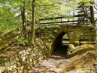 Kleiner Tunnel mit Steinmauer