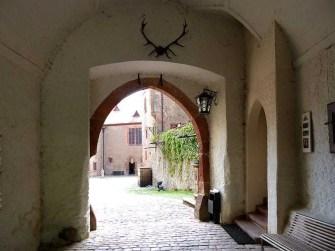 Durchgang zur Burg Kriebstein. Blick zum Innenhof