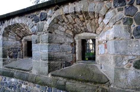 Kleine Fenster in der Burgmauer