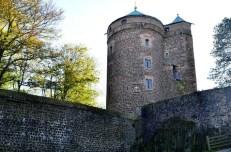 Blick auf Turm und Mauer