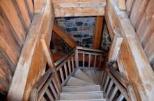 Alte Holztreppe mit Geländer