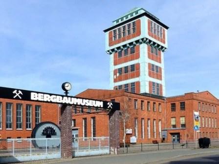 Bergbaumuseum Oelsnitz mit Turm und Uhr