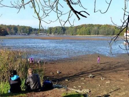 Spielen im leeren Teich