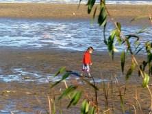 Kind im leeren Teich