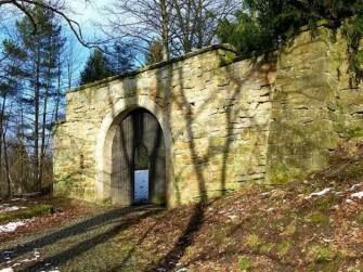 Eingang Jagdschloss Grillenburg mit Steinmauer