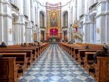 Blick auf Bänke und Altar
