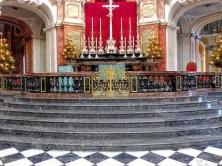 Innenraum Kirche mit Treppen und goldenem Tor