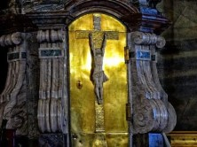 Kreuz auf goldenem Hintergrund
