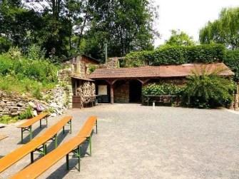 Innenhof mit Bierbänken und Bepflanzung