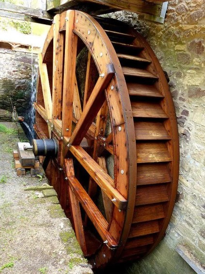 Wasserrad Mühlenrad in Betrieb