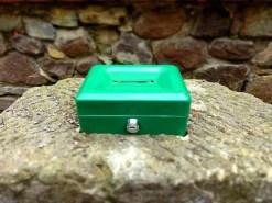 Grüne Geldkassette für Spenden