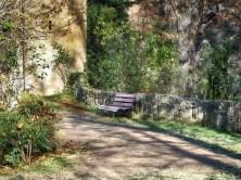 Weg Bank Bäume Steinmauer