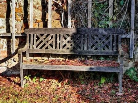 Holzbank mit Verzierung Laub
