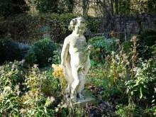 Skulptur Mädchen Garten Pflanzen