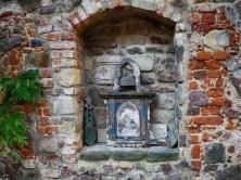 Schrein Ziegelmauer Symbole