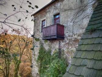 Mauerwand Balkon Fenster Laub