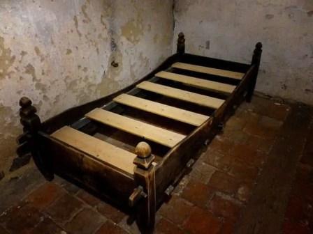 Altes Holzbett Steinfußboden