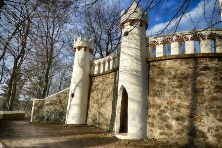 Friedensturm Weinböhla weiße Türme mit Mauer