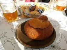 Suppe im Brot und Bier
