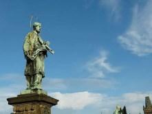 Statue auf Sockel verwittert