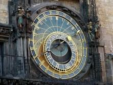 Große Uhr aus Gold