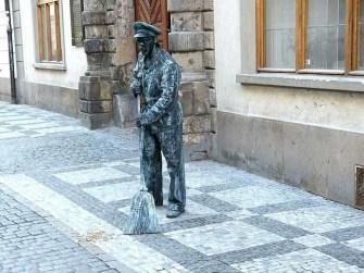 Straßenkünstler mit Besen