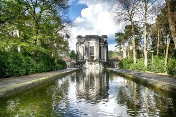 Außenansicht mit Wasserbecken Urnenhain Tolkewitz Krematorium