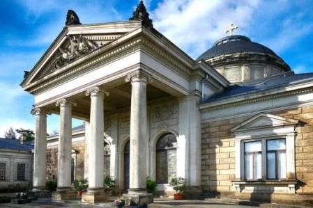 Gebäude mit Säulen Urnenhain Tolkewitz Krematorium