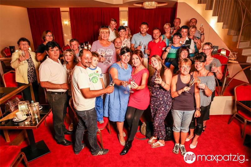 Zora Schwarz in ihrem Theater CARTE BLANCHE im Kreise ihrer Freunde, die live mitgefiebert hatten. Bildquelle: Max Patzig