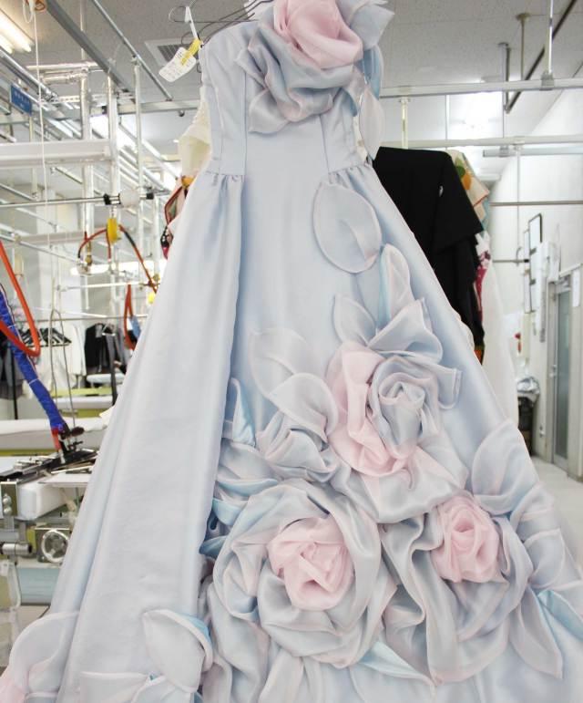 スカート中央に大胆なバラをあしらったカラードレス