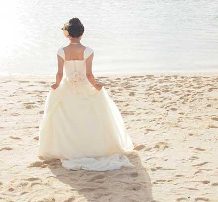 砂浜でフォトウエディング