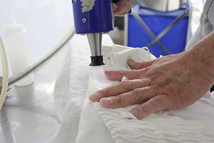 分解した汗の成分を石鹸溶剤の強い圧力で洗い流す